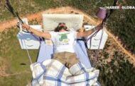 Paraşütçü yatağı ilə birlikdə uzun müddət uçuş edib - VİDEO