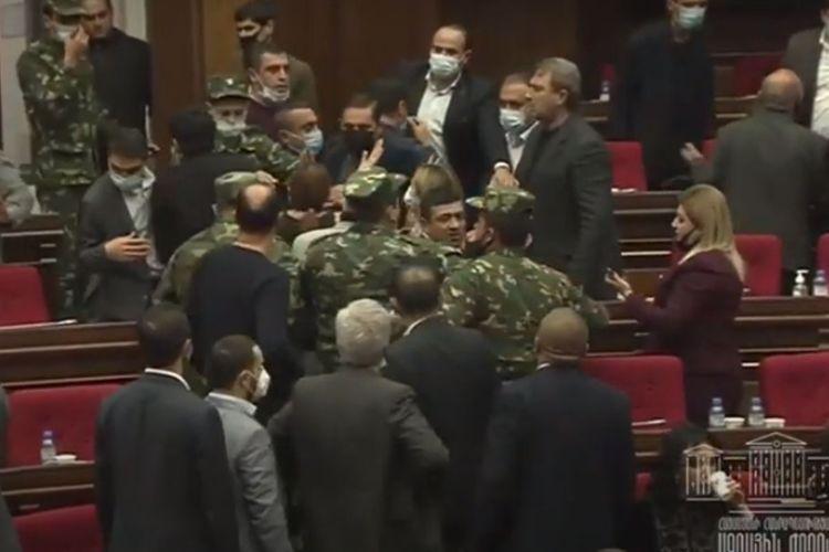 Ermənistan parlamentinin bugünkü iclasında dava düşüb - VİDEO