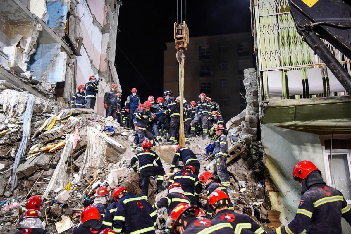 Batumidə binanın çökməsi nəticəsində ölənlərin sayı 9-a çatıb - YENİLƏNİB-4